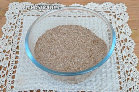 Всыпать коричневый сахар и перемешать. Пряничный сахар готов.