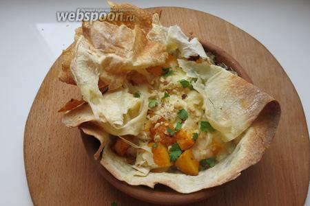 Открываем конверт, посыпаем зеленью кинзы и орешками и бегом на стол, подаём горячим. Хотя лаваш армянский, но он вписывается в тематику рецепта — лаваш похож на развевающуюся в танце чоху. Приятного аппетита!
