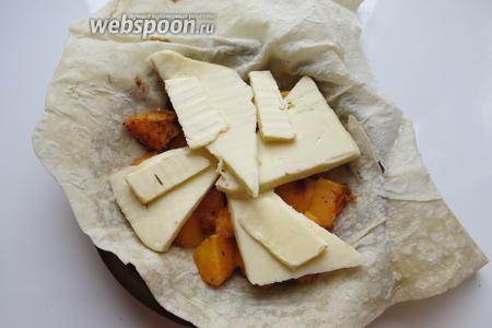 Сверху — кусочки Сулугуни 50-60 г и по 10 г масла.
