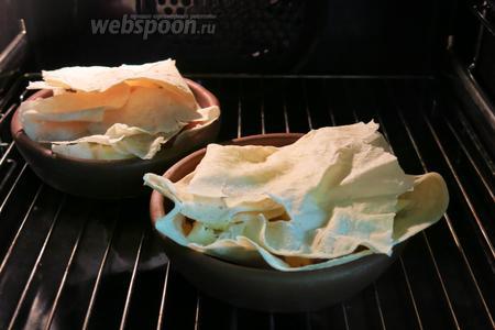 Ставим в духовку, 220°С, на 15-20 минут. Посудину помещаем в холодную духовку, на нижнюю полку.