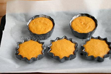 Выпекать при 170ºC — 25 минут. Открыть духовку, оставить кексы в формах на 5-10 минут.