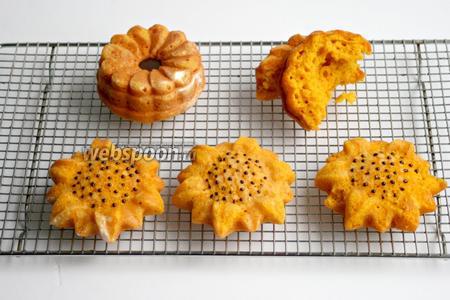 Выложить кексы на решётку,  нанести точечки растопленным шоколадом или украсить по вашему усмотрению.