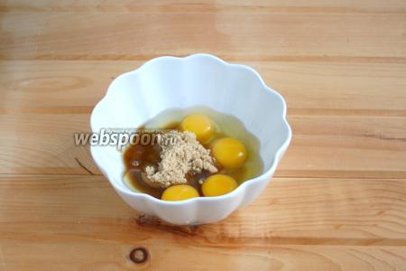 В чашу разбить яйца, добавить сахар.