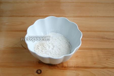 В чашу просеять: муку, разрыхлитель, имбирный порошок, соль, ваниль.