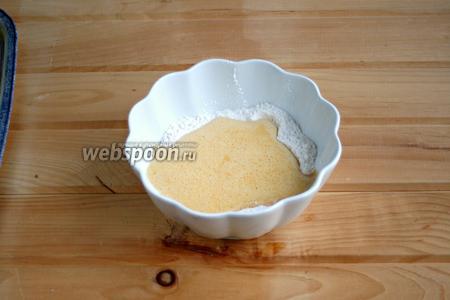 Вылить яичную смесь в мучную.