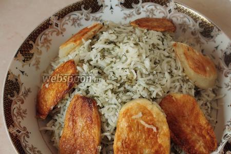 В большую тарелку уложить горкой рис (это делаем большой ложкой или блюдечком с острыми краями, чтобы не повредить и не примять рис). Картофелины уложить по краям.