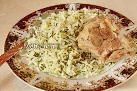 В каждую порционную тарелку кладётся плов (2-3 столовых ложки), сверху поливается бульоном, рядом кладётся кусочек мяса.