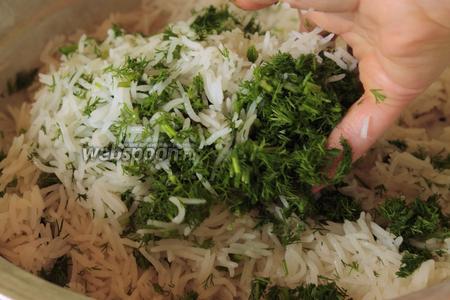 В горячий рис положить измельчённый укроп и аккуратно перемешать. Я делаю это руками, можно широкой ложкой или маленьким блюдечком.