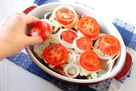 На лук уложить кружочки помидоров.