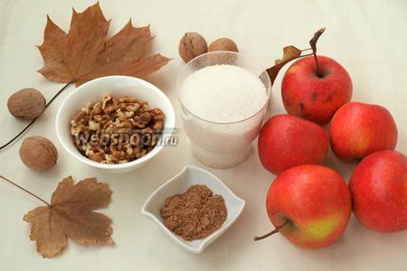 Для приготовления яблочного сыра нам понадобятся яблоки, очищенные грецкие орехи, молотая корица и сахар. Количество указанного сахара можно регулировать, можно взять больше или меньше.