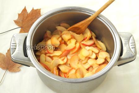 Утром переложить яблоки в кастрюлю и поставить на небольшой огонь. Варить, помешивая, 20 минут пока яблоки станут мягкими.