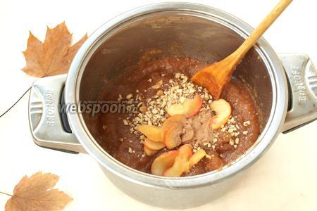 В уваренную яблочную массу добавить отложенные яблоки, рубленые грецкие орехи и всыпать корицу. Варить ещё 15-20 минут, постоянно перемешивая чтоб масса не пригорела.