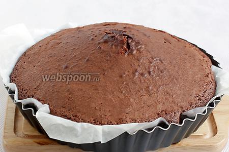 Готовый пирог остудить в форме. Он получается очень лёгким, невесомым.