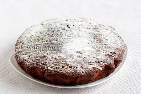 Остывший пирог я полила белым шоколадом и посыпала сахарной пудрой. Пирог получается в меру сладким и совсем не приторным. Угощайтесь!