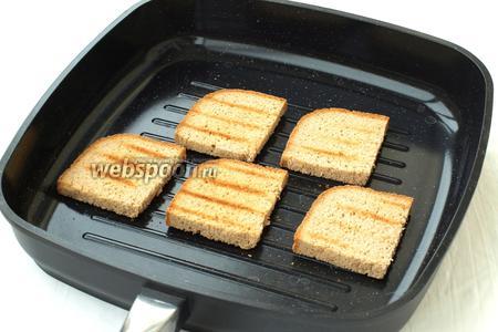 Ломтики хлеба подсушить на сковороде-гриль с двух сторон.