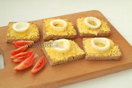 Затем намазать хлеб подготовленной яично-сливочной массой и положить сверху по кружочку яйца.