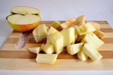 Сначала приготовим яблочный соус. Понадобится одно яблоко средней величины. Для этого яблоко нужно очистить от кожуры и нарезать произвольно.