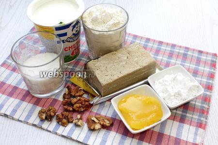 Для приготовления медовика с халвой нам понадобятся мёд, куриные яйца, сахар, сода, мука пшеничная, грецкие орехи, крахмал, сметана, халва и какао-порошок. Дополнительно для украшения шоколад и шоколадные фигурки.