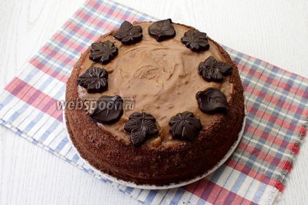 Торт украсить по желанию. Я обсыпала бока шоколадной стружкой, верх украсила шоколадными фигурками. Наш медовик с кремом из халвы готов. Приятного чаепития!