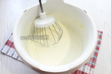 Растопить мёд и дать ему остыть. Взбить миксером яйца с сахаром, добавить мёд.