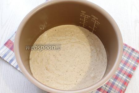 Чашу мультиварки смазать маслом и вылить тесто. Покрутить чашу с тестом в разные стороны, чтобы при выпечке не поднялась шапочка.