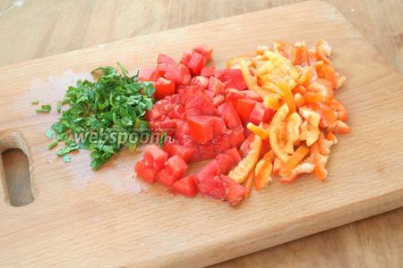 Нарезать соломкой сладкий перец, помидоры кубиками. измельчить петрушку.