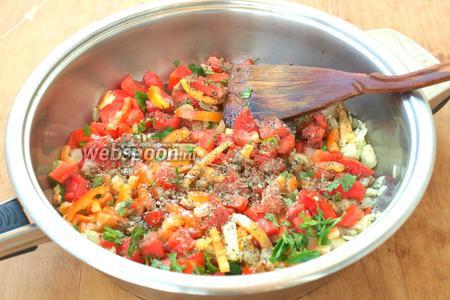 Разогреть в сковороде оливковое масло. Добавить сладкий перец, чили, лук и чеснок. Обжаривать 10 минут. Затем добавить помидоры, базилик и петрушку, по вкусу посолить и посыпать молотым перцем. Тушить овощи 30 минут.