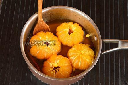 Когда сироп остынет — нагреть его почти до кипения и опять выложить мандарины в сироп. Этот процесс повторить ещё раз. Для особенно глубокой пропитки мандарин оставить мандарины в сиропе на 1-2 дня (в холодильнике).