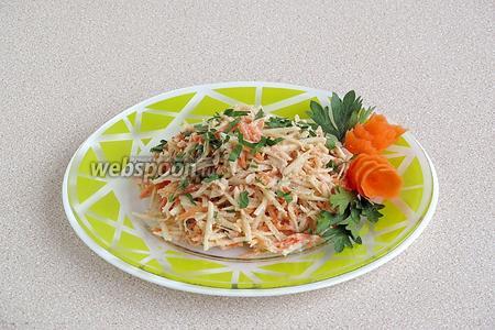 При подаче выложить салат порционно и украсить по своему усмотрению.