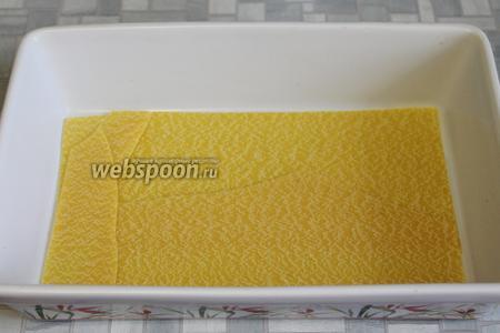 В форму капнуть масло и выложить листы теста для лазаньи.
