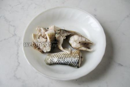 Отварную рыбу выкладываем на тарелку.