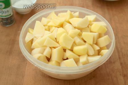 Картофель почистить, промыть и нарезать кубиками. Сварить до готовности.