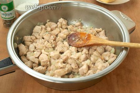 Нарезать небольшими кубиками куриное филе и лук. Филе немного обжарить на подсолнечном масле, добавить лук, посолить и поперчить. Жарить помешивая 15 минут на небольшом огне.