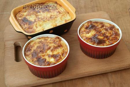 Разогреть духовку до 220°C и поставить в неё запеканку на 20-25 минут. Очень вкусно подавать горячей. Приятного аппетита!
