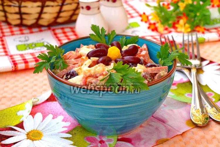 Фото Салат с красной фасолью, сыром и помидорами