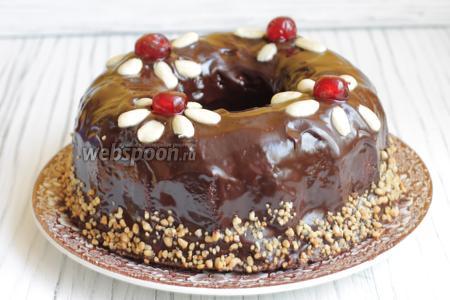 Перевернём кекс на блюдо. Обливаем шоколадной глазурью. Для этого смешаем поломанный шоколад со сливками. Поставим на водяную баню или в микроволновку на 20 сек. Украшаем вишней и миндалём. Употреблять лучше кекс на второй день. Приятного аппетита.