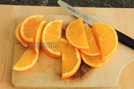Апельсины нарезаем на круги прямо с кожурой, толщина которых будет около 3 мм, если есть косточки, вынимаем. Затем режем на половины, получим полукруги.