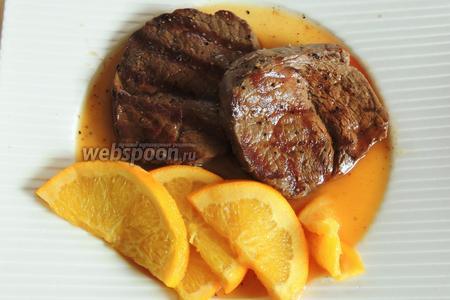 Не ожидая ни секунды сервируем нашу оленину в апельсиновом соусе. И сразу начинаем трапезу, чтобы Плэцли не успели остыть. Приятного аппетита!