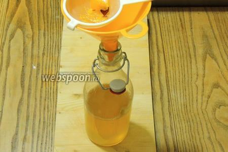 Бутылки или другая стеклянная посуда должна быть горячая, для этого ополоснём в очень горячей воде, либо простерилизуем. Снимаем с огня кастрюлю и наливаем через сито, чтоб не попали в посуду приправы. Наливаем сироп по самую крышку. Сразу же закрываем, или используем по назначению.