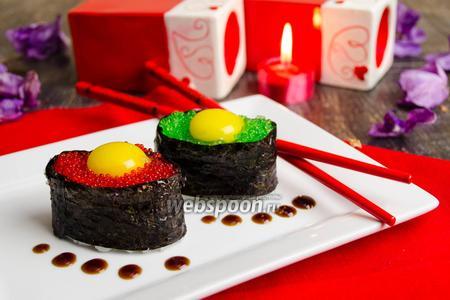 Суши с тобико и перепелиным яйцом