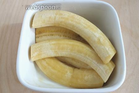 Смешайте масло, пасту лемонграсса и сироп. Каждый банан разрежьте вдоль на 2 части. Перемешайте ломтики с соусом и оставьте на 10 минут.