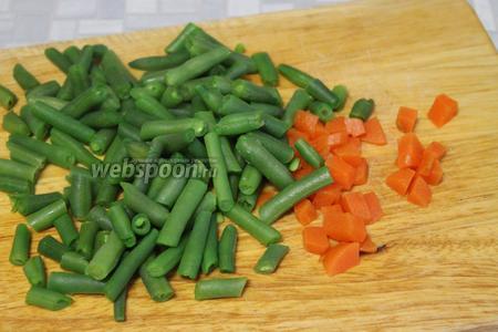 Отварную фасоль остудить, морковь нарезать кубиками.