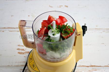 Поместить порезанные овощи в блендер.