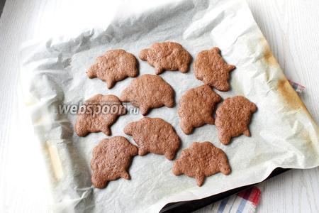 Ставим печенье выпекаться в разогретую духовку. Выпекается оно очень быстро, каждый противень около 10 минут. Время выпекания будет зависит от того, какой толщины вы раскатали тесто.
