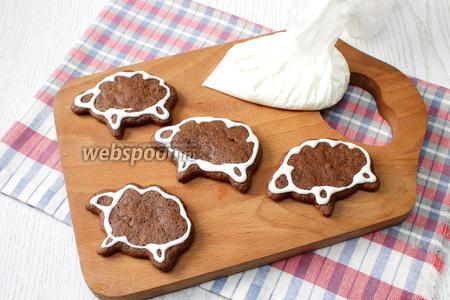 Глазурью наносим на печенье тонкий контур в виде барашек и оставляем подсохнуть.
