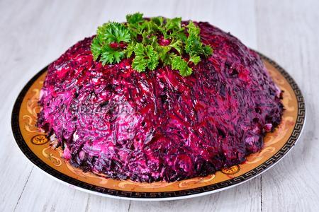 В завершении украшаем салат петрушкой и подаём на стол. Приятного аппетита!