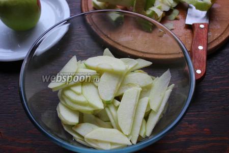 Для декора: очищенные яблочки тонко нарезать, слайсами. Сложить в миску полить лимонным соком.