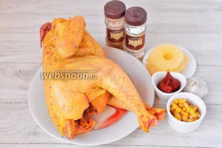 Для приготовления запечённого петуха вам понадобится соль, томатная паста, кукуруза, чеснок, петух, перец красный молотый и ананас.