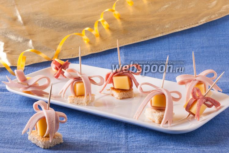 Фото Канапе с сыром и колбасой «Подарок»