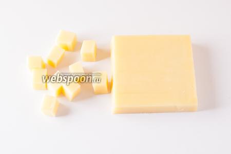 Сыр нарезаем кубиками более или менее кубической формы (у меня приблизительно 1,5х1,5 см) по количеству гостей.
